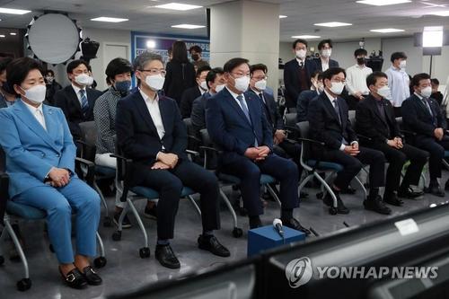 厳しい表情で開票を見守る「共に民主党」の幹部ら=7日、ソウル(聯合ニュース)