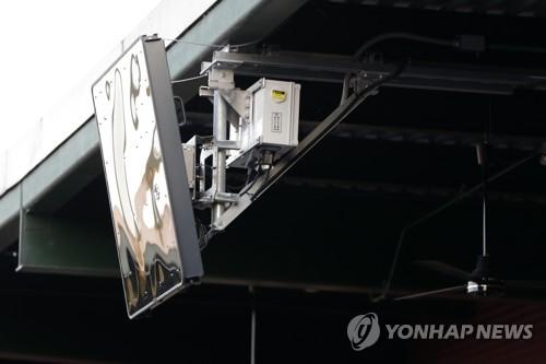 야구장 홈 플레이트 지붕에 설치된 레이더 기기. 스트라이크와 볼 판정에 사용.