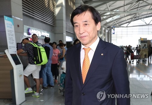 Bank of Korea Gov. Lee Ju-yeol arrives at Incheon International Airport, west of Seoul, on Sept. 9, 2016, to leave for Basel, Switzerland, to attend a meeting of central bankers at the Bank for International Settlements. (Yonhap)