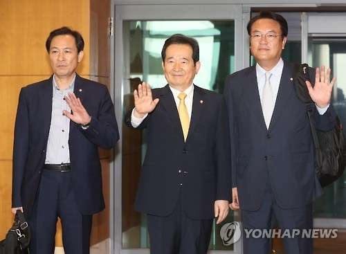 South Korea's National Assembly Speaker Chung Sye-kyun (C) waves on Sept. 12 as he begins a trip to the U.S. together with Rep. Chung Jin-suk (R), floor leader of the ruling Saenuri Party, and Woo Sang-ho (L), floor leader of the main opposition Minjoo Party of Korea (Yonhap)
