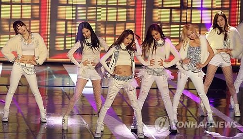 South Korean girl group Girls' Generation performs during the 23rd Seoul Music Awards in Seoul on Jan. 23, 2014. (Yonhap)
