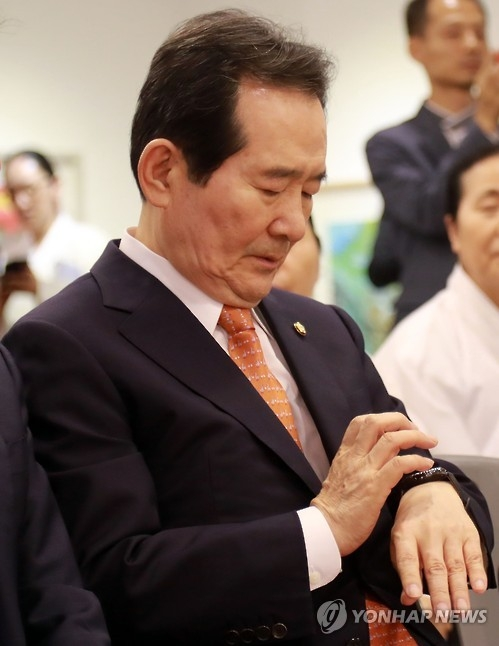 National Assembly Speaker Chung Sye-kyun looks at his watch during a forum on Sept. 30, 2016. (Yonhap)