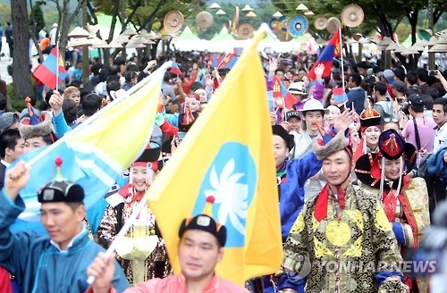 This picture, taken on Oct. 2, 2016, shows a multicultural parade under way on the main street of Changwon, an industrial city some 400 kilometers south of Seoul. (Yonhap)