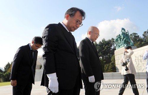 Saenuri Party leader Lee Jung-hyun pays his respect to the three Navy officers who were killed in a chopper crash last month, at the Daejeon National Cemetery in Daejeon, 164 kilometers south of Seoul, on Oct. 6, 2016. (Yonhap)