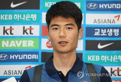 South Korea football team captain Ki Sung-yueng speaks to reporters at Incheon International Airport in Incheon on Oct. 7, 2016, four days ahead of their 2018 FIFA World Cup qualifier against Iran. (Yonhap)
