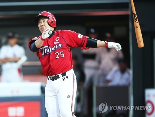 Lee Bum-ho of the Kia Tigers watches his two-run home run against the KT Wiz in their Korea Baseball Organization game in Suwon, Gyeonggi Province, on July 6, 2016. (Yonhap)