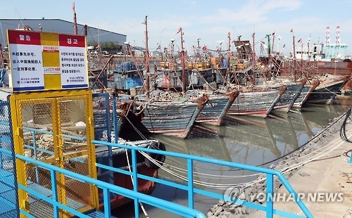 The Manseok pier in South Korea's western port city of Incheon is jampacked with Chinese fishing boats on Oct. 10, 2016. All of the ships have been seized by the South Korean Coast Guard for being used in illegally catching fish in the country's territorial waters near the inter-Korean sea border in the West Sea. Illegal fishing by Chinese fishermen has been a troublesome issue for years in the country as it has severely damaged the livelihood of South Korean fishermen. (Yonhap)