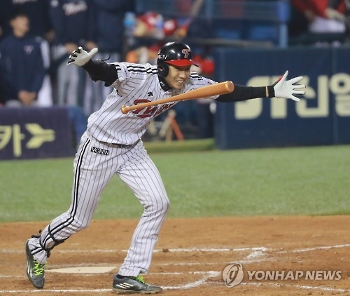 Kim Yong-eui of the LG Twins celebrates after hitting a game-winning sacrifice fly against the Kia Tigers in their Korea Baseball Organization wild card game at Jamsil Stadium in Seoul on Oct. 11, 2016. (Yonhap)