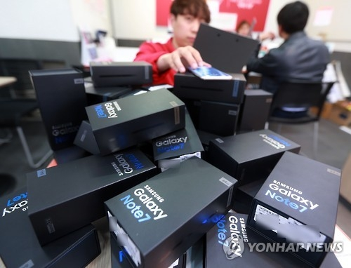 An employee prepares boxes of Galaxy Note 7s for their return to Samsung Electronics at a mobile carrier outlet in Seoul on Oct. 12, 2016. (Yonhap)