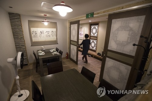 A Korean restaurant in Seoul's Seocho district, where court houses and law offices are concentrated, is empty following the implementation of anti-graft law on Sept. 28, 2016. (Yonhap)