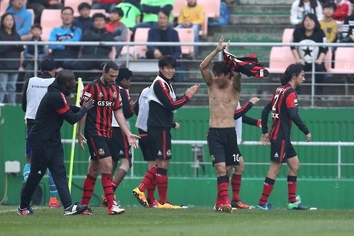 In this photo provided by the K League, Park Chu-young (2nd from R) claps his hands to fans after scoring a goal against Jeonbuk Hyundai Motors during their K League Classic match at Jeonju World Cup Stadium in Jeonju, North Jeolla Province, on Nov. 6, 2016. (Yonhap)