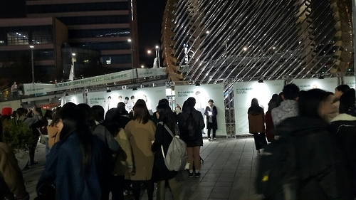 BTS fans line up to take selfies in front of a photo wall with prints of their favorite members outside Gocheok Skydome, southwestern Seoul, on Nov. 13, 2016. (Yonhap)