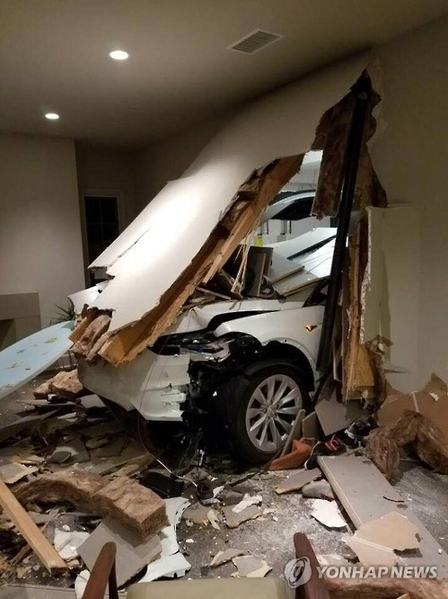 This photo, captured from South Korean actor Son Ji-chang's Facebook page on Jan. 4, 2016, shows his Tesla Model's alleged sudden acceleration accident. (Yonhap)