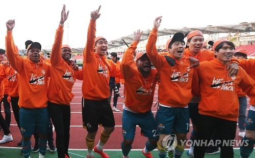 In this file photo taken on Nov. 20, 2016, Gangwon FC players celebrate at Tancheon Sports Complex in Seongnam, Gyeonggi Province, after the club edged Seongnam FC to earn a promotion to the first-tier K League Classic for the 2017 season. (Yonhap)