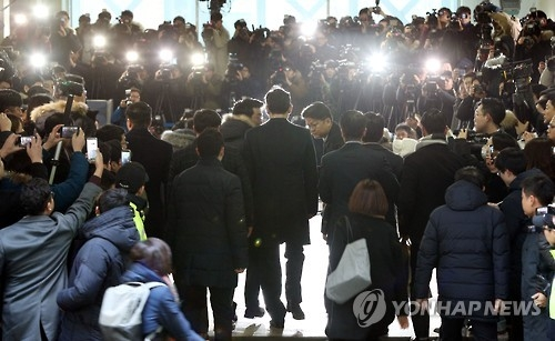Samsung's heir apparent Lee Jae-yong (C) arrives at the office of the special investigation team in Seoul on Jan. 12, 2017, to undergo questioning. The country's largest conglomerate has been implicated in an influence-peddling scandal that has led to President Park Geun-hye's impeachment. (Yonhap)
