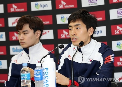 South Korean speed skater Lee Seung-hoon (R) speaks at a press conference at Gangneung Oval in Gangneung, Gangwon Province, on Feb. 6, 2017, ahead of the International Skating Union (ISU) World Single Distances Speed Skating Championships. (Yonhap)