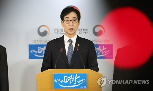 Education Minister Lee Joon-sik delivers a national address at the government complex in Seoul on Feb. 10, 2017. (Yonhap)