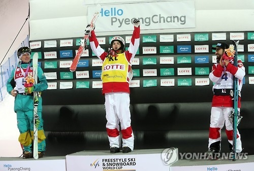 Canadian mogul skier Mikael Kingsbury (C) celebrates during the medal ceremony after finishing first in men's moguls at the FIS Freestyle Ski World Cup at Phoenix Snow Park in PyeongChang, Gangwon Province, on Feb. 12, 2017. (Yonhap)