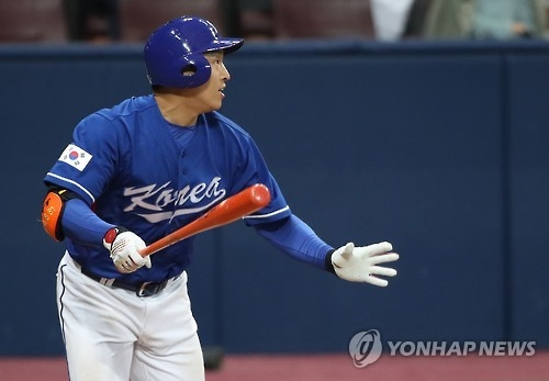 South Korea's Son Ah-seop watches his two-run single in the seventh inning of an exhibition baseball game against Cuba at Gocheok Sky Dome in Seoul on Feb. 26, 2017. (Yonhap)