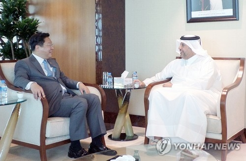 South Korea's Trade Minister Joo Hyung-hwan (L) holds talks with his Qatari counterpart Ahmed Al Thani in Doha on April 2, 2017 (local time). (Courtesy of the Ministry of Trade, Industry and Energy) (Yonhap)