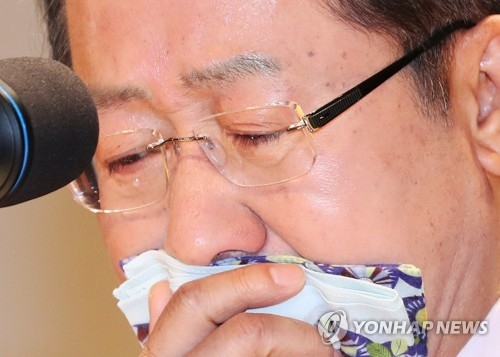Hong Joon-pyo, presidential candidate of the conservative Liberty Korea Party, sheds tears while speaking at a ceremony held April 10, 2017, marking his resignation as governor of South Gyeongsang Province the previous day. (Yonhap)