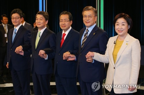 In this photo taken by the joint press corps, presidential candidates pose for a photo at a TV debate hosted by the National Election Commission at the KBS broadcasting station in Seoul on April 23, 2017. From left are Yoo Seong-min, Ahn Cheol-soo, Hong Joon-pyo, Moon Jae-in and Sim Sang-jeung. (Yonhap)