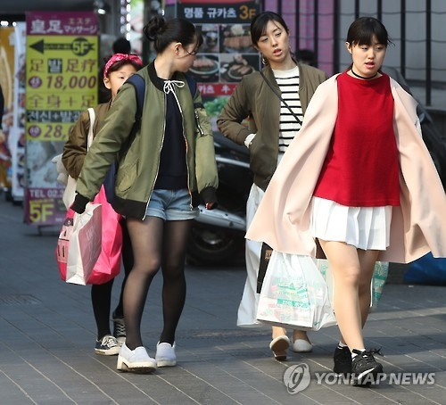 Japanese visitors shop at Myeongdong, central Seoul, on March 15, 2017. (Yonhap file photo)