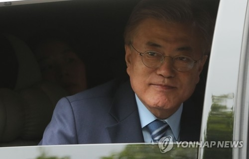 Moon Jae-in is driven away from his home in northwestern Seoul to head to the headquarters of his Democratic Party on May 9, 2017. (Yonhap)