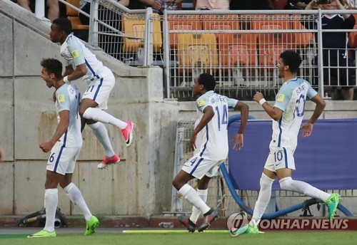 England's Dominic Calvert-Lewin (L) celebrates with teammates after scoring a goal against Venezuela in the FIFA U-20 World Cup final at Suwon World Cup Stadium in Suwon, some 45 kilometers south of Seoul, on June 11, 2017. (Yonhap)