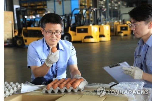 Quarantine officials inspect samples of eggs imported from Thailand at a freight terminal in Incheon International Airport, west of Seoul, upon their arrival on June 21, 2017. (Yonhap)