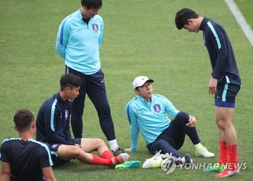 In this file photo taken on May 24, 2017, South Korean football coach Shin Tae-yong (2nd from R) speaks with the under-20 players during training in Jeonju, North Jeolla Province. (Yonhap)