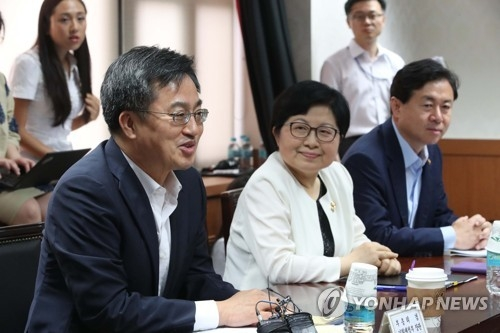 South Korea's Finance Minister Kim Dong-yeon (L) speaks at a policy meeting in Seoul on July 12, 2017. (Yonhap)