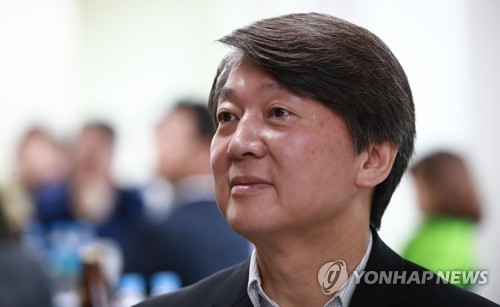 This photo, taken on May 15, 2017, shows Ahn Cheol-soo, the former presidential candidate of the minor opposition People's Party, attending a meeting with party officials at the party headquarters in Seoul. (Yonhap)