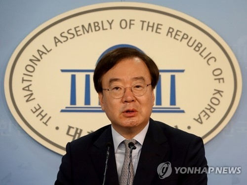 This photo, taken on July 21, 2017, shows Khang Hyo-shang, the spokesman of the main opposition Liberty Korea Party, speaking during a press conference at the National Assembly in Seoul. (Yonhap)