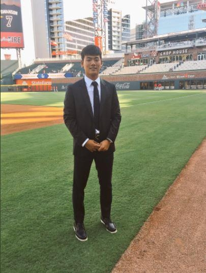 This picture, captured from the Twitter page of the Atlanta Braves on Sept. 24, 2017, shows South Korean high school shortstop Bae Ji-hwan at SunTrust Park in Atlanta, home of the Braves. The National League club announced its signing of Bae earlier in the day. (Yonhap)
