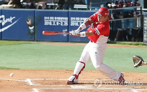 Choi Hyoung-woo of the Kia Tigers hits an infield single against the Doosan Bears in the top of the first inning in Game 4 of the Korean Series at Jamsil Stadium in Seoul on Oct. 29, 2017. (Yonhap)