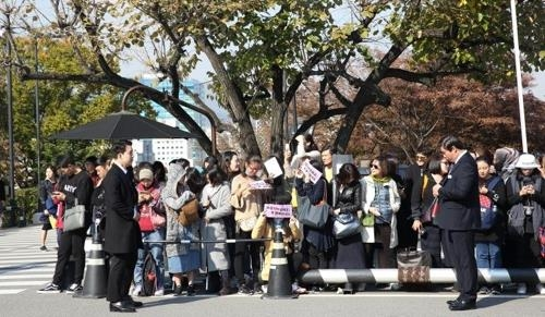 Korean and foreign fans of the Song-Song couple gather in front of Shilla Hotel where South Korean actors Song Joong-ki and Song Hye-kyo tie the knot on Oct. 31, 2017. (Yonhap)