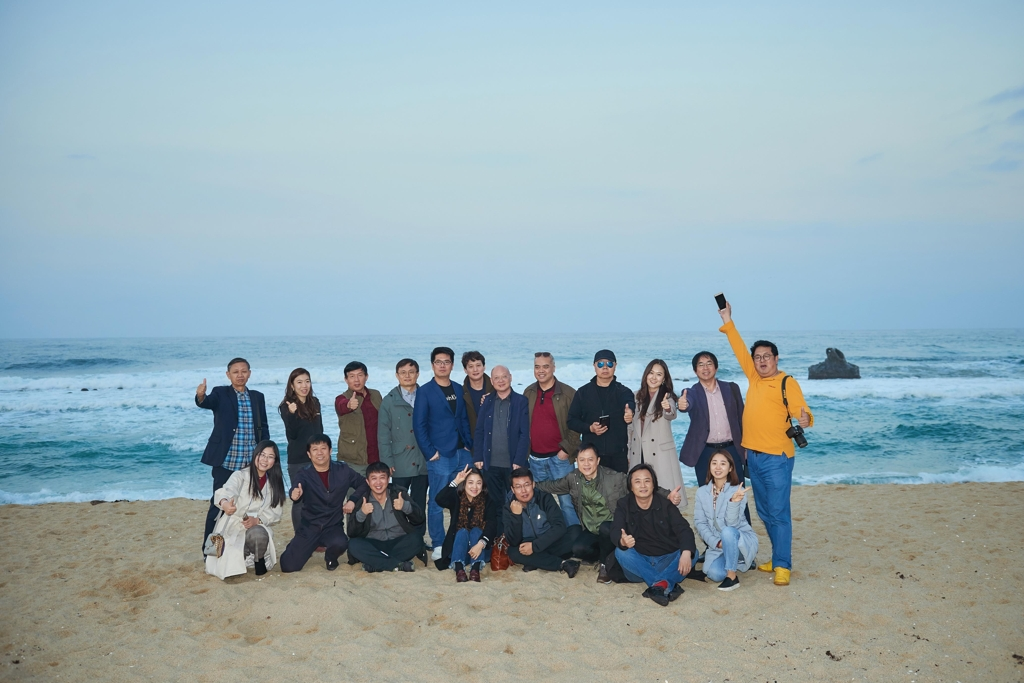 A group of Chinese journalists and influential public opinion makers visit a South Korean beach in this photo provided courtesy of the Korea Foundation. (Yonhap)