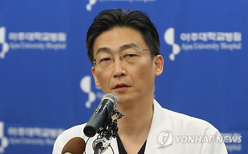 Lee Cook-jong, a surgeon at Ajou University Hospital, briefs the media on the medical condition of the North Korean soldier at the hospital in Suwon, Gyeonggi Province, on Nov. 22, 2017. (Yonhap)