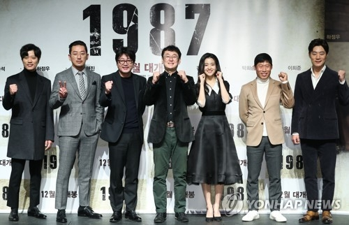 "Director Jang Joon-hwan and the main cast of ""1987: When the Day Comes"" pose for photographers during a press conference for the film at the CGV Apgujeong theater in southern Seoul on Nov. 22, 2017. (Yonhap)"