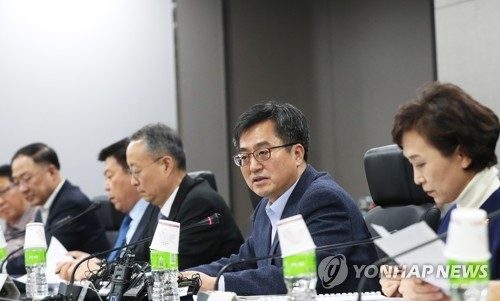 Finance Minister Kim Dong-yeon (2nd from R) speaks during a economy-related minsiters meeting in Pangyo, just south of Seoul, on Dec. 11, 2017. (Yonhap)