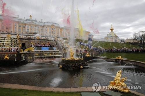 "In this file photo taken by the EPA on May 20, 2017, artists perform the annual Spring Fountain Show named ""Journey to the Land of Don Quixote"" at the Grand Cascade of the Peterhof Park in St. Petersburg, Russia. (Yonhap)"