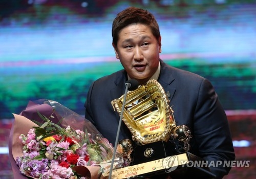 Lotte Giants' first baseman Lee Dae-ho gives an acceptance speech after winning the Korea Baseball Organization's Golden Glove at a ceremony in Seoul on Dec. 13, 2017. (Yonhap)