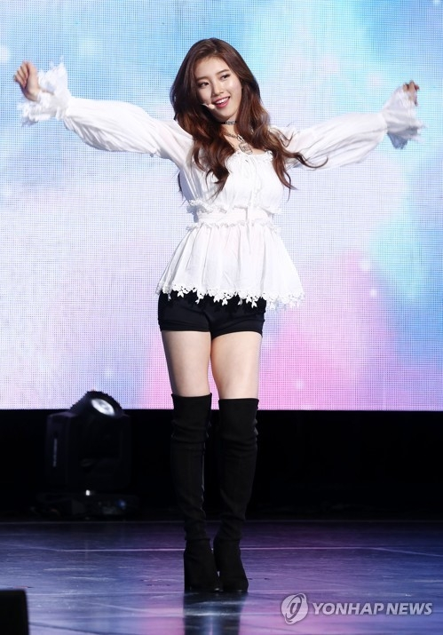 "Singer-actress Suzy performs during a press showcase for her second EP, ""Faces of Love,"" in Seoul on Jan. 29, 2018. (Yonhap)"