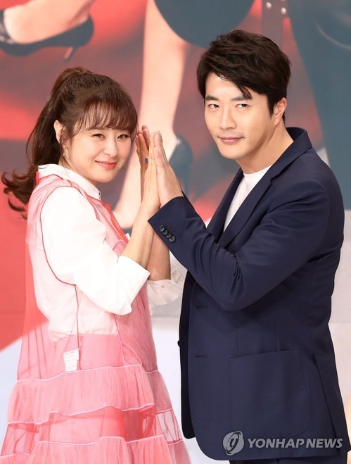 Actors Choi Kang-hee (L) and Kwon Sang-woo pose for photos before a media event in Seoul on Feb. 26, 2018. (Yonhap)