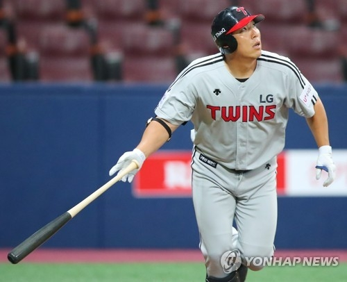 Kim Hyun-soo of the LG Twins watches his fly ball against the Nexen Heroes in their Korea Baseball Organization preseason game at Gocheok Sky Dome in Seoul on March 20, 2018. (Yonhap)