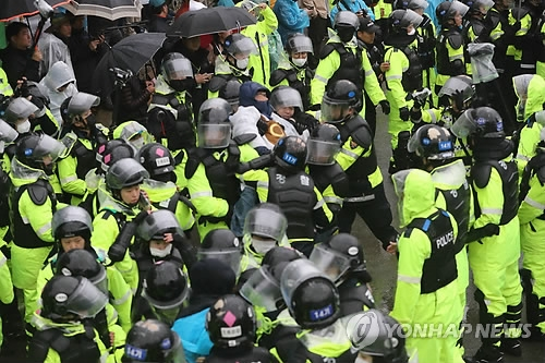 Riot police break up a sit-in by anti-THAAD protesters in Seongju, some 215 km southeast of Seoul, on April 23, 2018. (Yonhap)