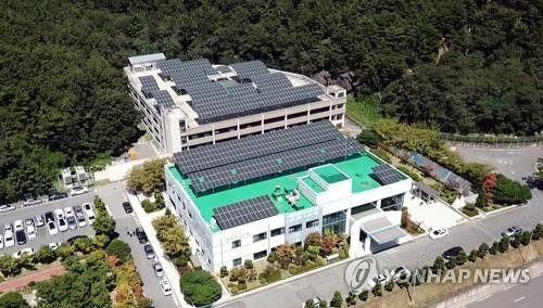 A solar power station and ESS facility set up at Doosan Heavy's learning center in Changwon, South Korea (Yonhap)