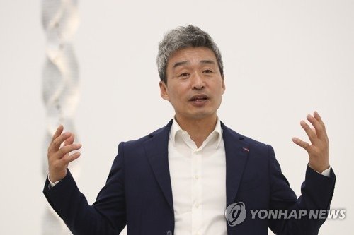 "Sculptor Park Eun-sun talks during a media preview for his solo exhibition ""Time of a Breathing Stone"" at The Page Gallery in Seoul on May 15, 2018. (Yonhap)"