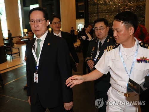 South Korean Defense Minister Song Young-moo arrives at the Shangri-La Hotel in Singapore on June 1, 2018, to attend a regional security forum. (Yonhap)